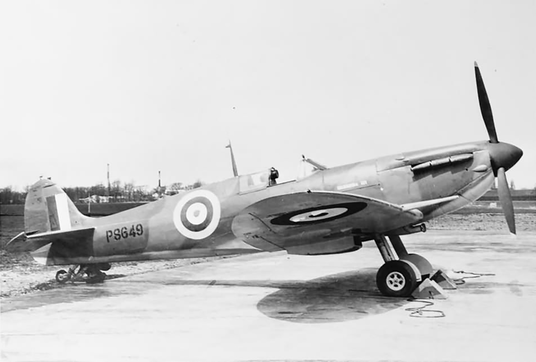 Factory fresh Spitfire MkIIb P8649 named Bermuda III England 1941 web 01