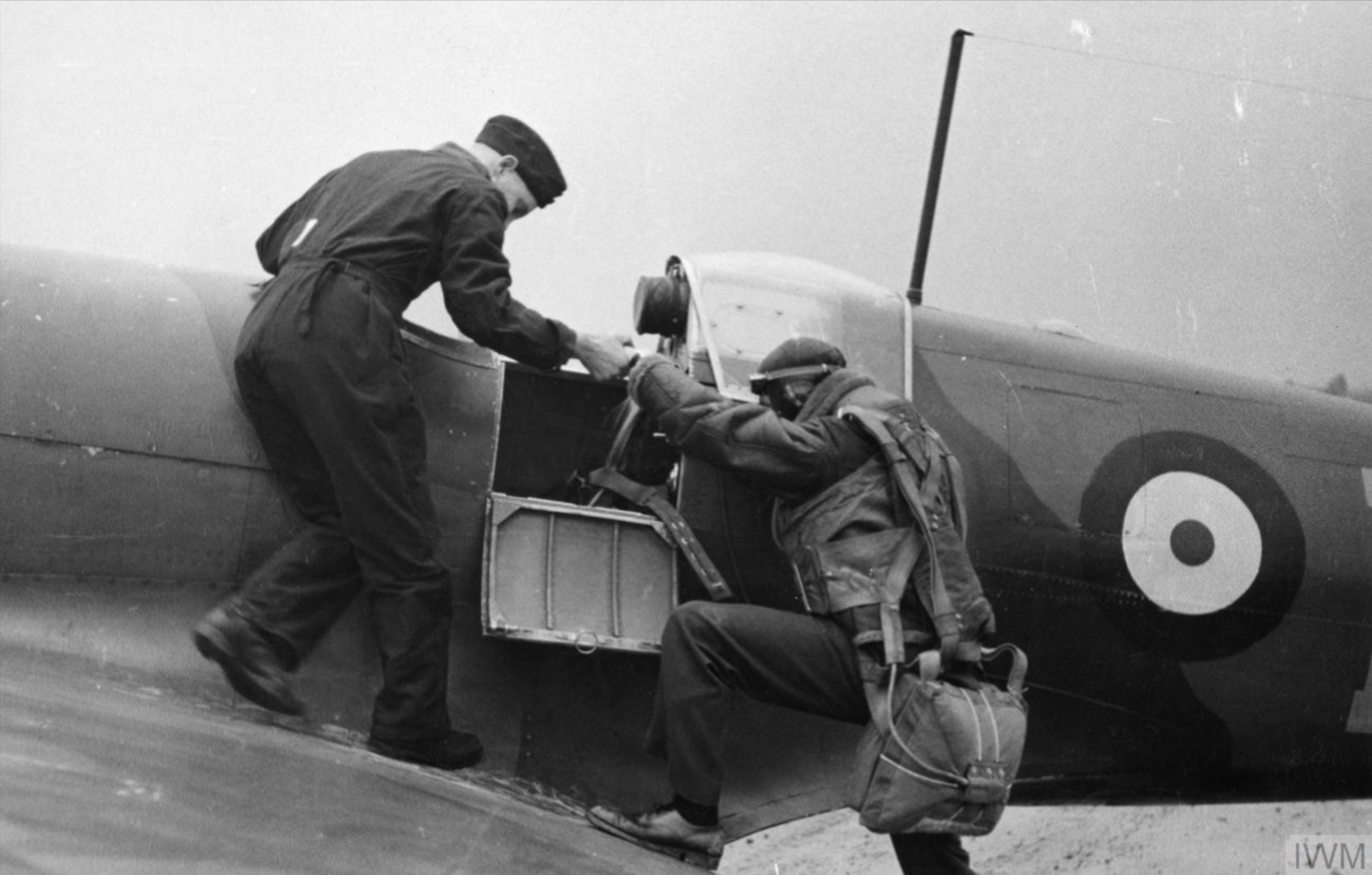 Spitfire MkI RAF being helped into his aircraft Nov 1940 IWM HU103970