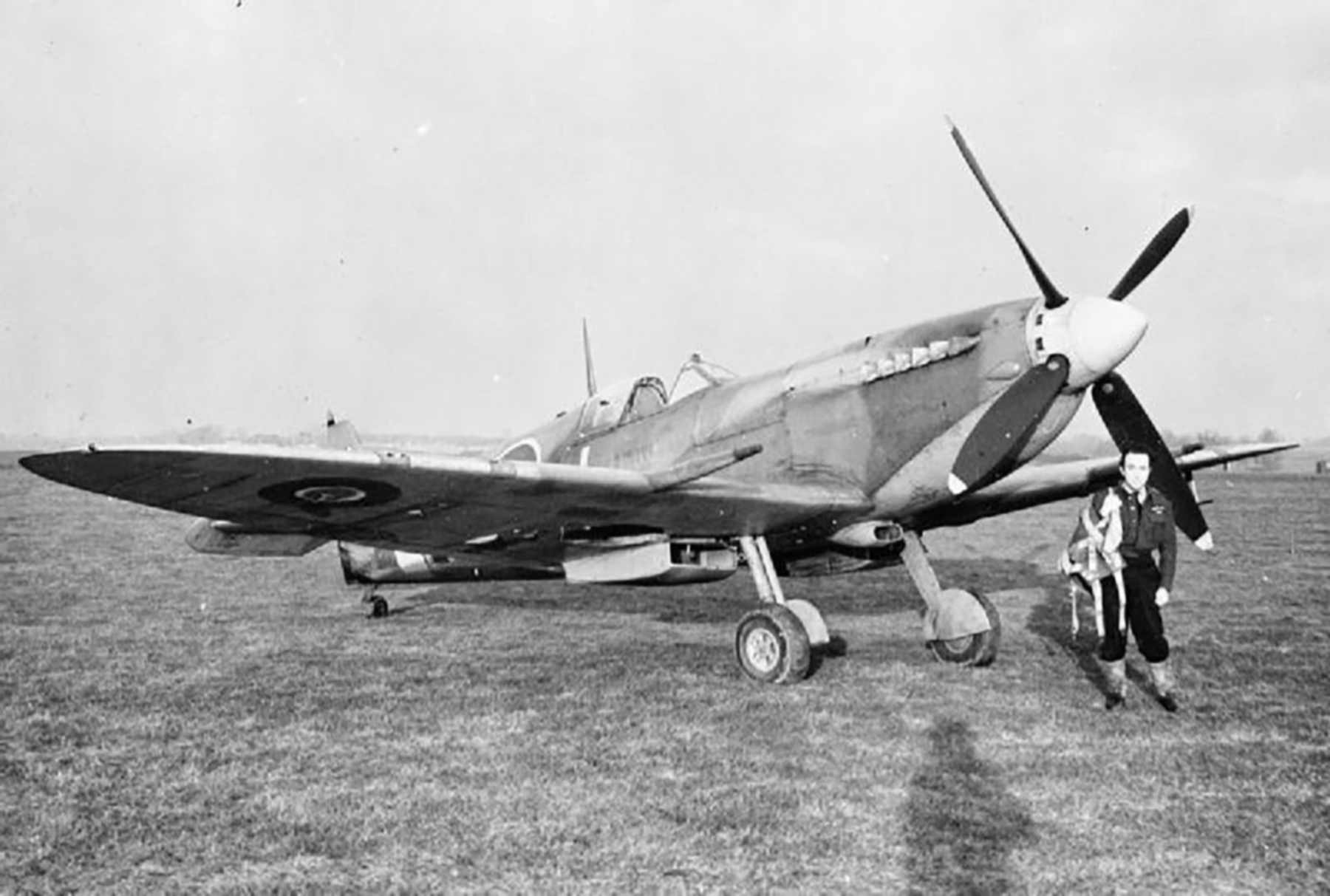 Spitfire MkIX RAF 122Sqn MTJ BS546 P Off G le Gall Hornchurch Essex 29 Dec 1942 01
