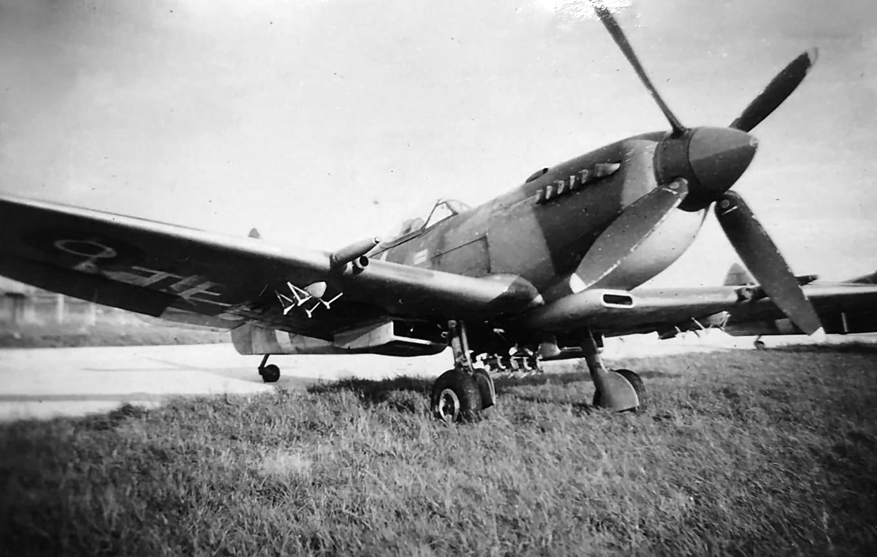 Spitfire MkIX RAF 164Sqn FJR with bomb rack mod web 01