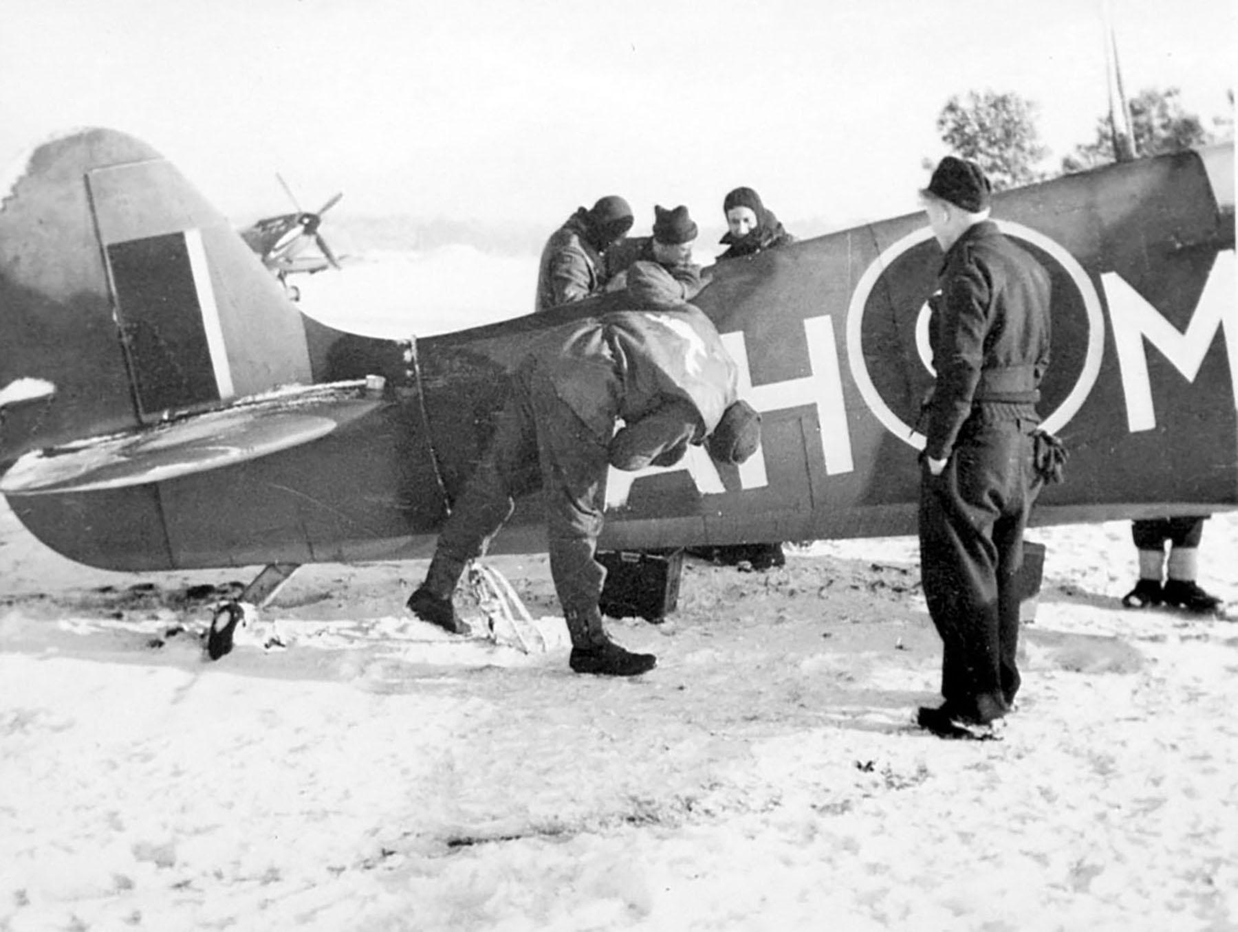 Spitfire MkIX RAF 332Sqn AHM with ground crew 01
