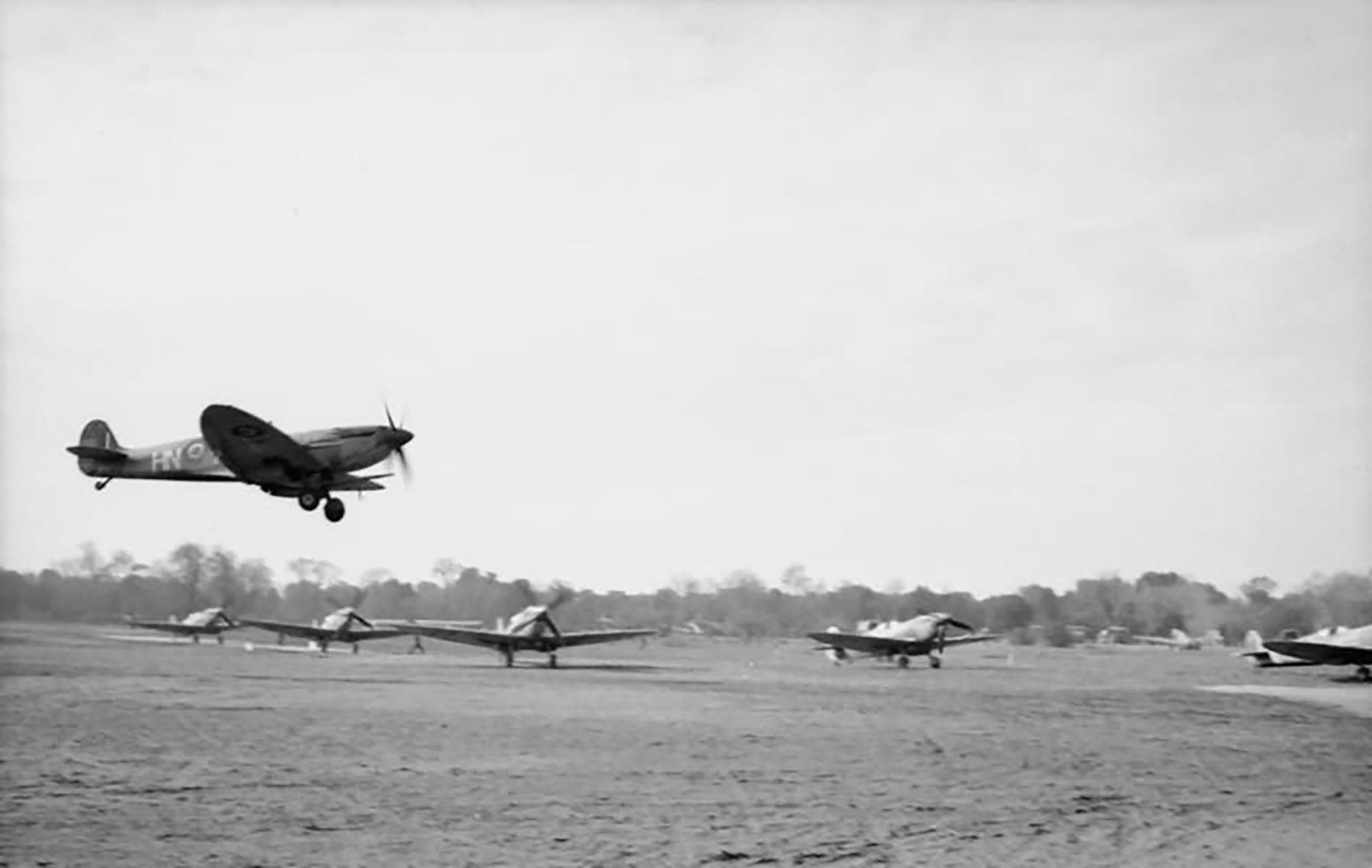 Spitfire MkIX RAF 93Sqn HN comes in to land at Lago web 01