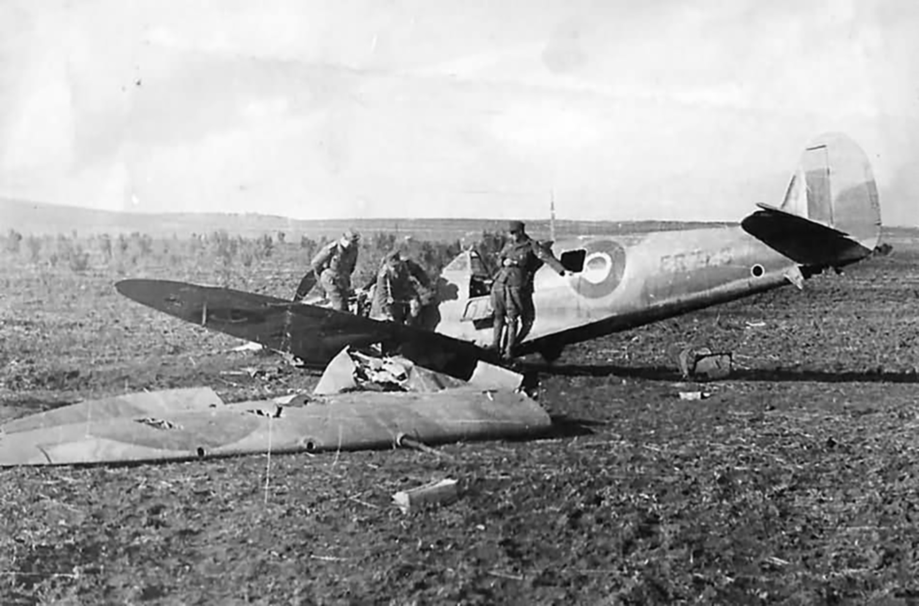 Spitfire MkVb force landed being inspected by DAK soldiers 1943 web 01