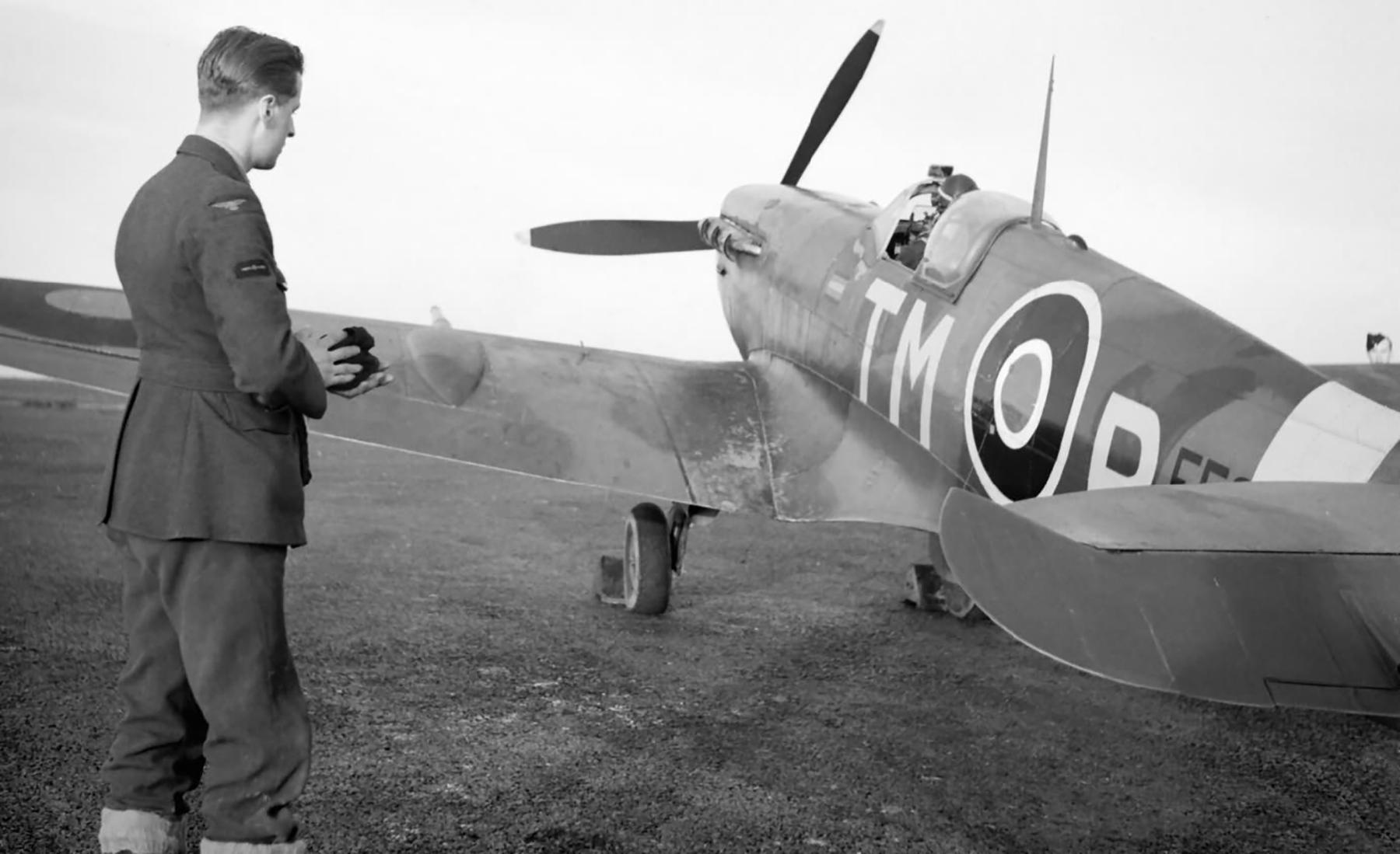 Spitfire MkVc RAF 504Sqn TMR EE624 at Middle Wallop Dec 1942 web 01