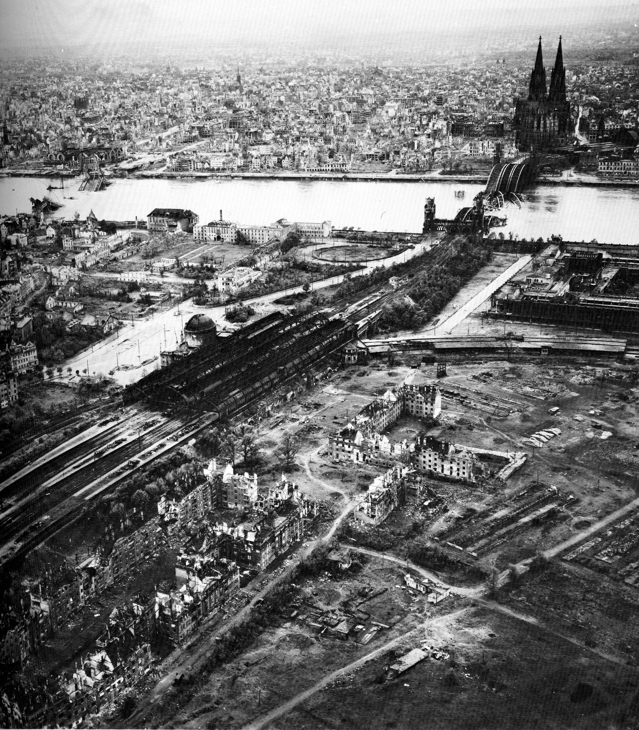 USAAAF 7PG aerial recon photo to Cologne Koln 01