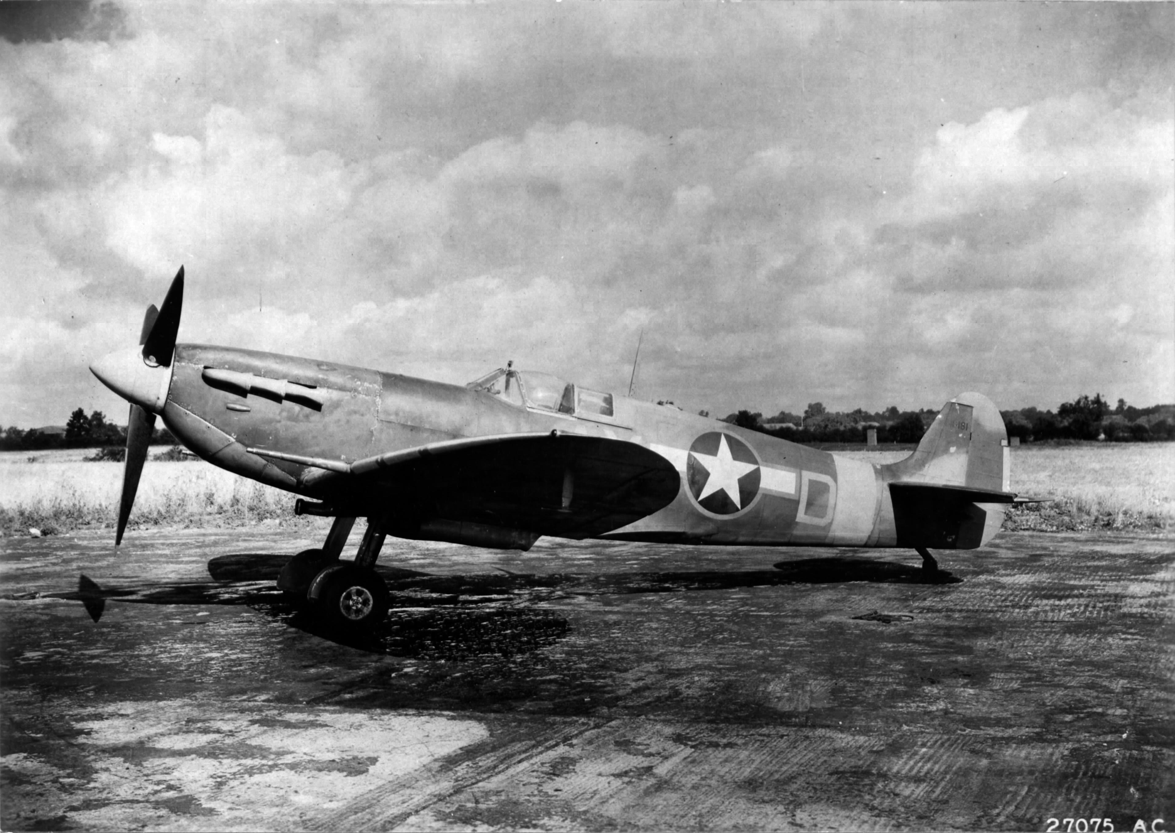 Spitfire MkVb USAAF 9AF 67TRG107TRS AXD BM181 England Jun 1943 01