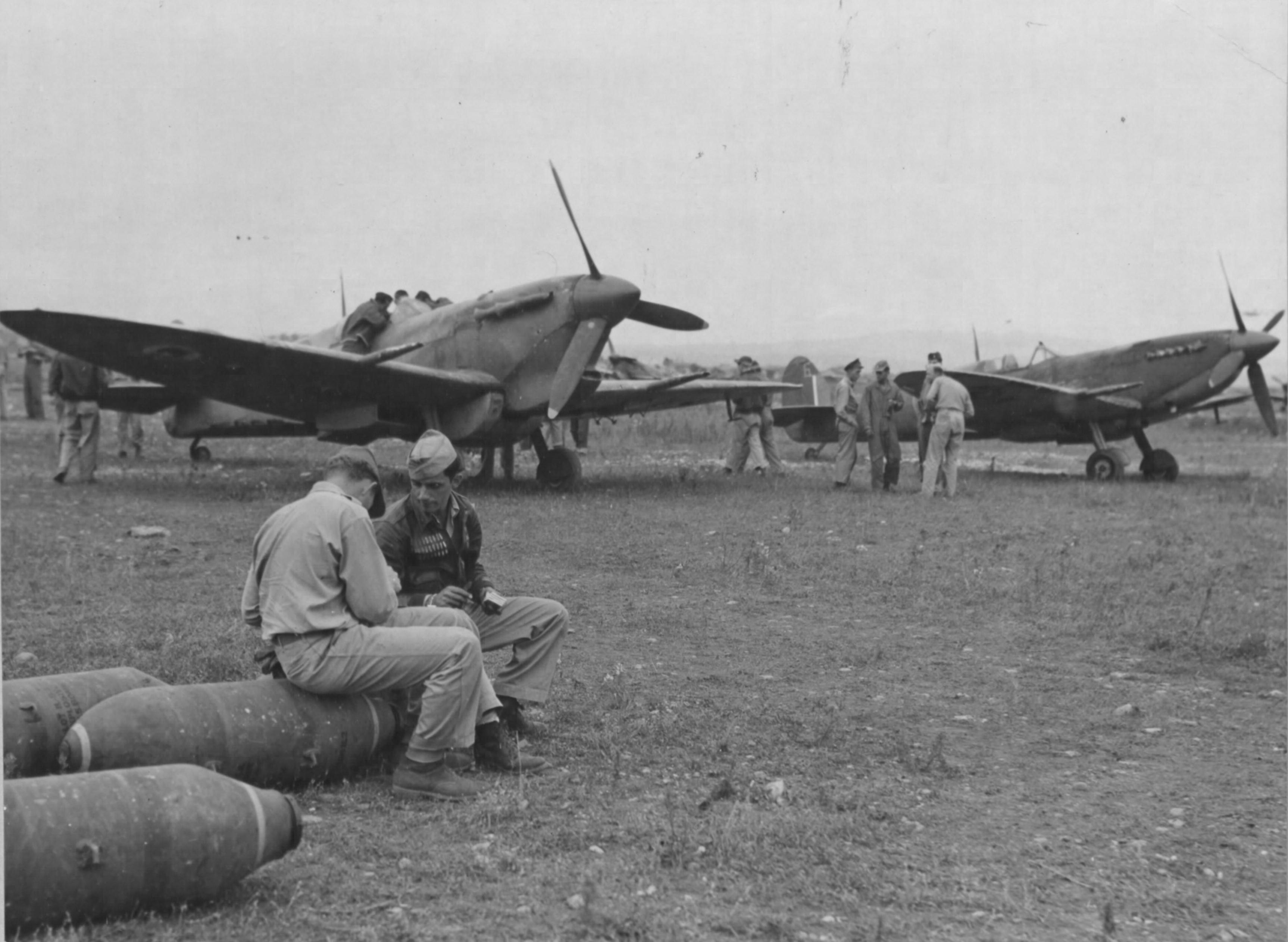 Spitfire USAAF 15AF ferring supplies Southern France 1944 01