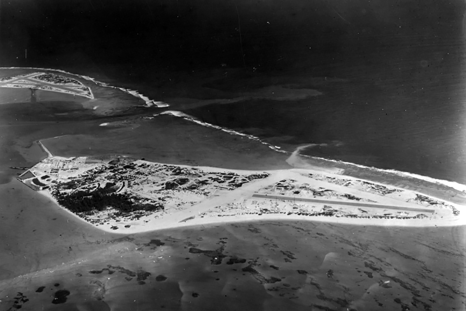 Airbase Naval Air Station Midway aerial photo 1943 01