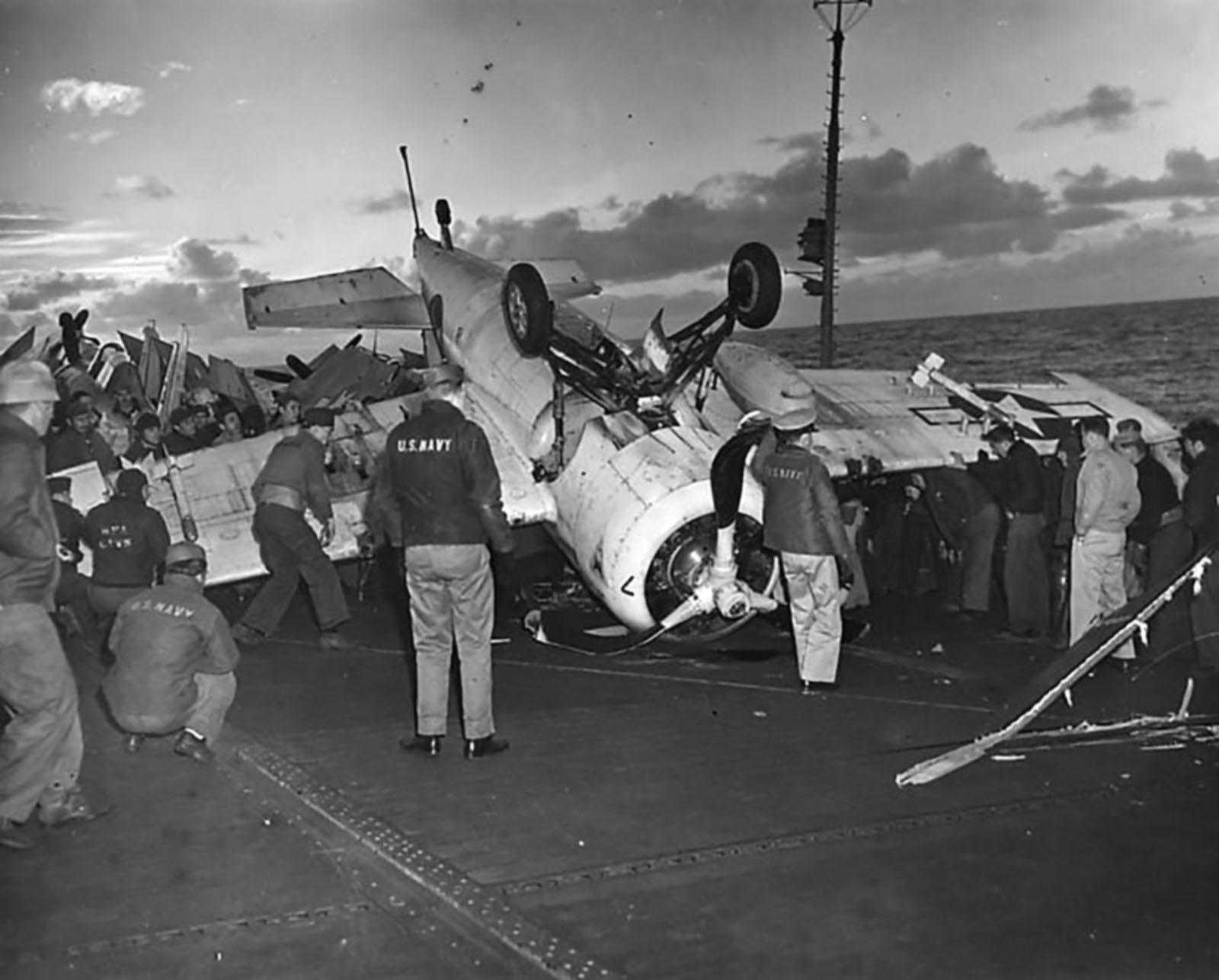 FM 2 Wildcat Black 7 landing mishap showing late war camuflage scheme 01